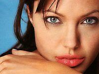 Как добиться желанной формы губ с помощью макияжа?. Самые желанные губы планеты – у голливудской дивы Анджелины Джоли. Именно ее форму губ заказывают клиентки пластическим хирургам. В современном обществе губы стали настоящим фетишем, чем полнее и пухлее губы, тем красивее и соблазнительнее их хозяйка.