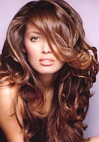 Как восстановить пересушенные на солнце волосы?. Проведите курс лечения на дому. Прекрасный увлажнитель волос – это репейное, касторовое или оливковое масла. Втирайте масло в кожу головы за полчаса до мытья.