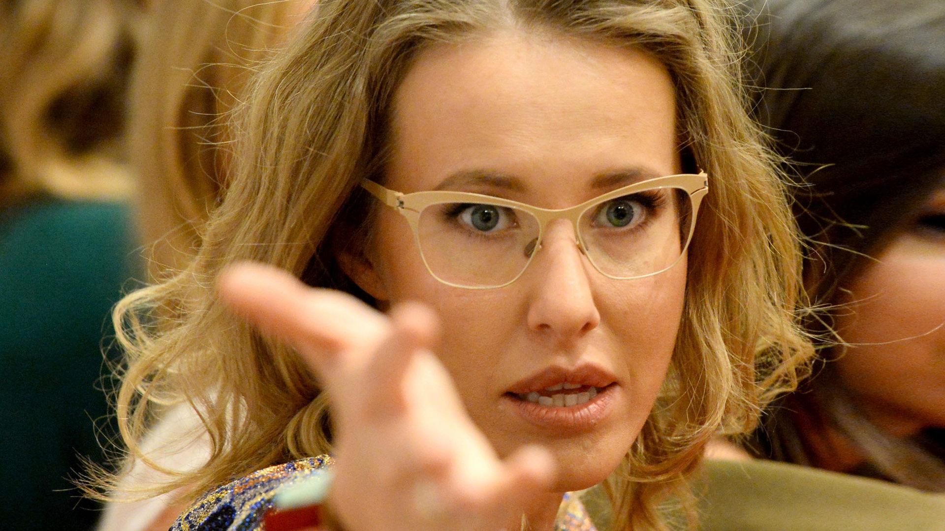 Ксения Собчак представила бордовый total look