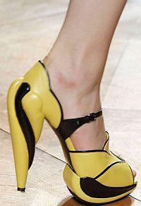 В новом осеннем сезоне практичные цвета - черный, серый и коричневый отойдут на второй план, хотя и не покинут модный Олимп. Дизайнеры советуют носить яркую обувь.