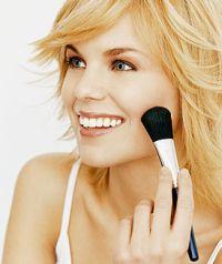 Кисти для макияжа в вашей косметичке. Кисточка для румян должна быть мягкая, иметь закругленную форму, она более плоская, чем кисточка для пудры. Такая кисть не оставит ни лишнего штриха, ни полоски.