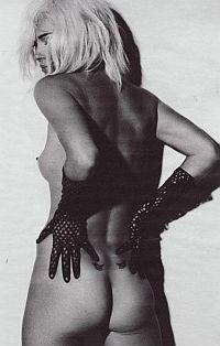 Модное описание «героинового шика», которым описывали внешность супермодели, оказалось не далеко от истины. Кейт действительно употребляла кокаин и героин с 19 лет, чему немало способствовал ее бурный двухлетний роман с Джонни Деппом.