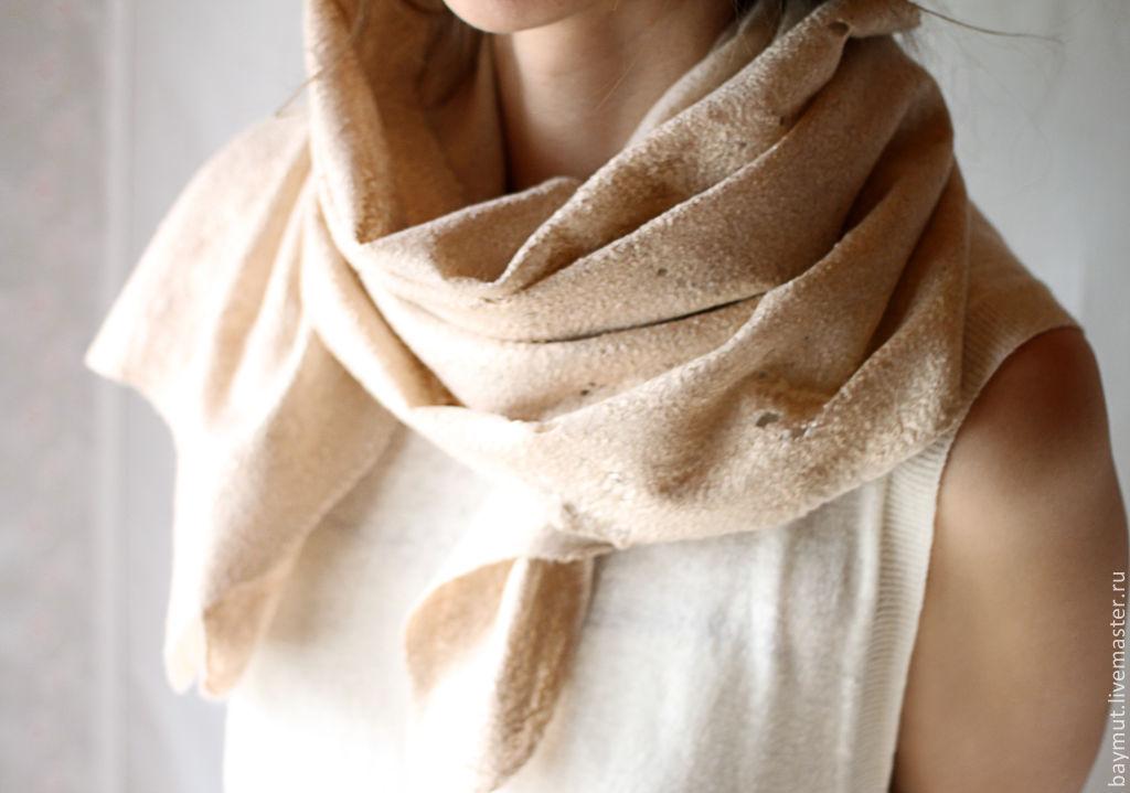 В моду вошли базовые шарфы