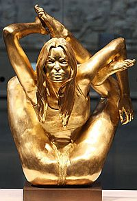 Кейт Мосс - Афродита нашего времени. Отлитая в золоте Мосс весит 50 кг.