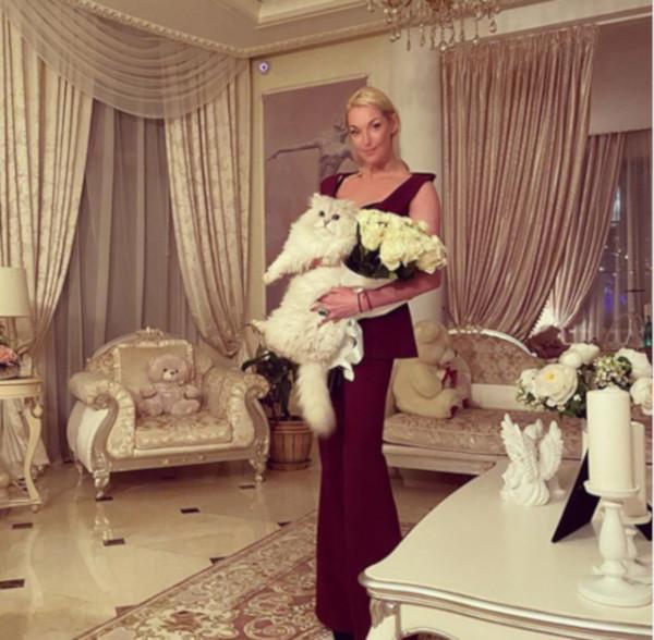 Анастасия Волочкова запуталась в платье и упала
