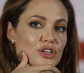 Джоли удалила обе груди из-за риска рака