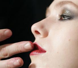 Трещины на губах: причины и уход