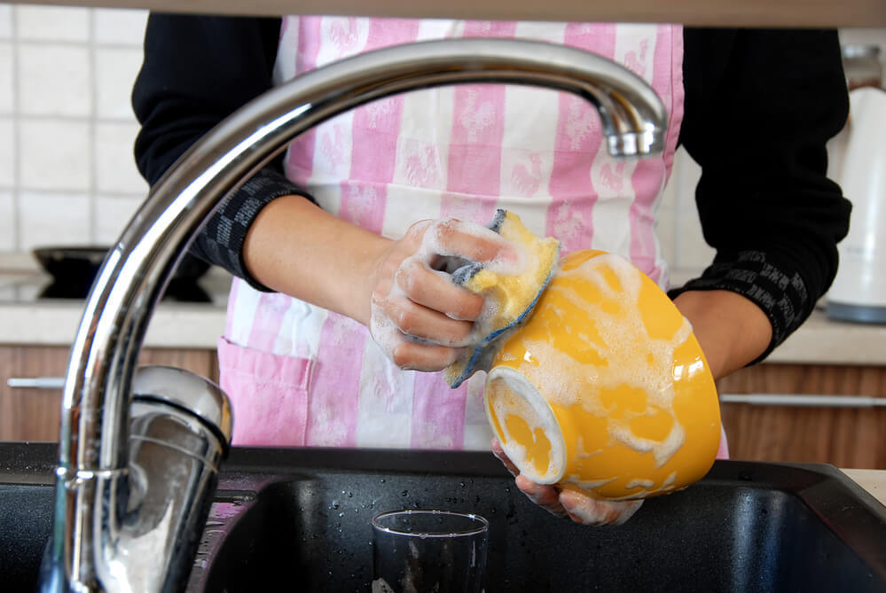 В результате домашней уборки женщина чуть не лишилась пальцев на руках