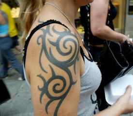 Мужчины считают доступными женщин с тату