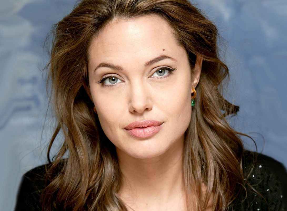 Анжелина Джоли выбрала женственный образ на рождество