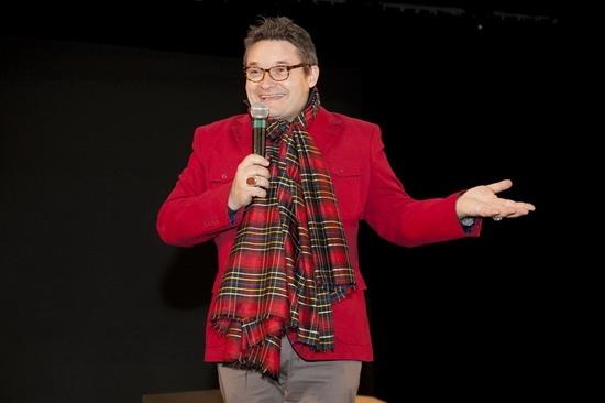 Историк моды в кричащем красном пальто