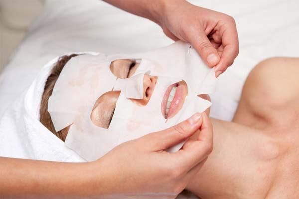 В чем заключается реальная польза тканевых масок, и кому они не подходят