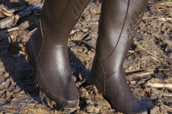 Элитный бренд обуви продает сапоги, покрытые грязью