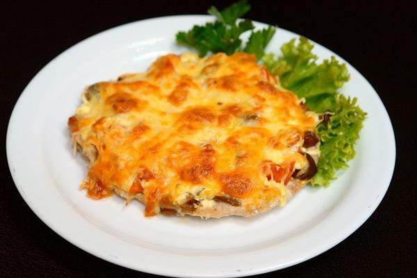 Мясо по-французски с картошкой, сыром и помидорами