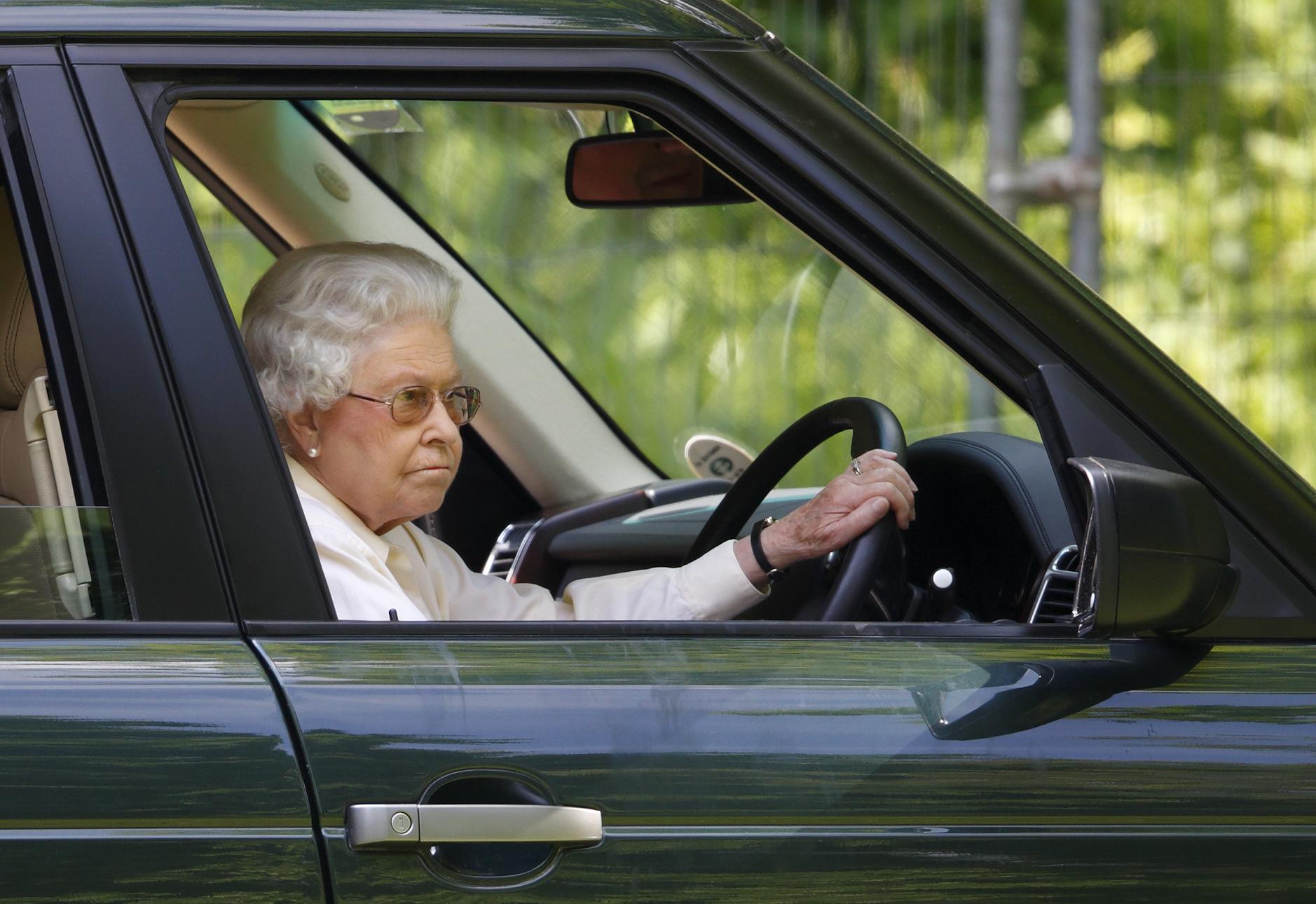 Елизавета II больше не будет водить машину