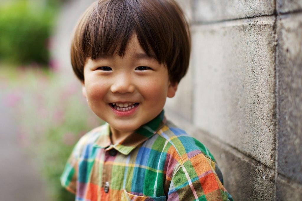 Китайский мальчик носил в школу друга-инвалида на руках