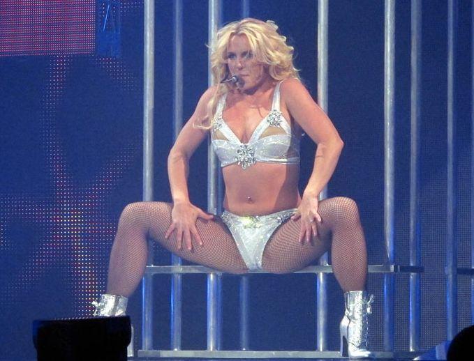 Швея делает вставки в концертные костюмы Бритни Спирс. 9891.jpeg