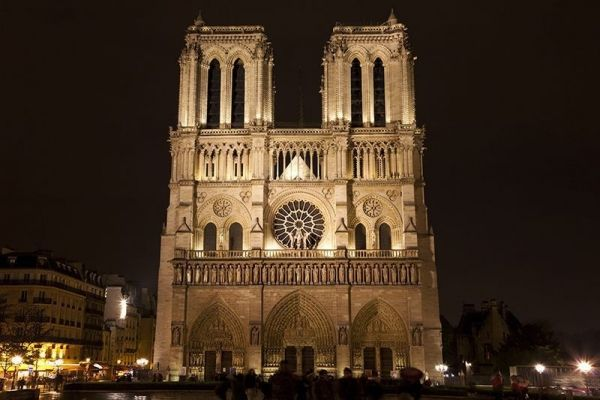 Звезды скорбят о горящем соборе Парижской Богоматери