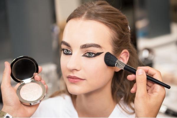 Фломастер и замазка для макияжа - от Moschino