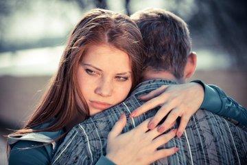 Теории, рассказывающие, почему некоторые люди не любят обниматься