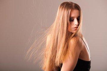 Сильно электризуются волосы: что с ними делать