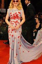 На Венецианском кинофестивале появилась Мадонна, которая в качестве режиссера, сценариста и продюсера представила вне конкурса сначала журналистам смотра, а теперь и публике картину W.E.