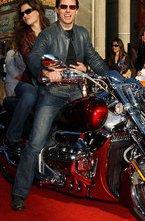 Многие звезды такие же люди или почти такие же, как и мы с Вами. Многие из них любят мотоциклы, или же им пришлось их полюбить на время своей роли.