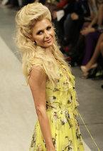 Известная светская львица Пэрис Хилтон посетила Киев, чтобы принять участие в показе показе новой коллекции украинского дизайнера Андре Тана, проходившего в рамках Ukrainian Fashion Week. Скандальная американская блондинка вышла на подиум в откровенном платье лимонного цвета.