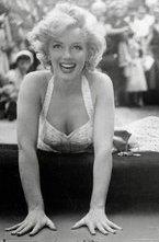 Премьера фильма «7 дней и ночей с Мэрилин Монро» прошла вчера в рамках кинофестиваля в Нью-Йорке. В роли самой сексуальной женщины всех времен и народов - Мишель Уильямс. Сюжет ленты основан на мемуарах Колина Кларка, который в юности работал ассистентом актрисы на съемках фильма «Принц и танцовщица», где Монро снималась вместе с Лоуренсом Оливье.
