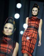 В рамках недели высокой моды в Москве Алена Ахмадуллина представила новую коллекцию сезона весна-лето 2012. Несмотря на общие тенденции, каждый дизайнер вдохновлялся по-своему. Так, свою новую коллекцию модельер создала под впечатлением сказки  Алиса в стране чудес . В качестве цветовой гаммы она выбрала оттенки натуральной зелени, терракота, приглушенный красный, насыщенный синий.
