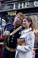 Принц Гарри исестра Кейт Миддлтон совершили романтическую прогулку поулицам Лондона.Пара обнималась ис удовольствием позировала перед объективами. Воттолько приближайшем рассмотрении молодые люди оказались... двойниками известных персон.
