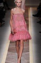 Коллекция Valentino весна-лето 2012 выдержана в насыщенной цветовой гамме - черный, красный, яркий розовый доминируют. Но пастельные цвета, которые в тренде следующего сезона, также присутствуют. Есть и модные цветочные узоры, которые сочетаются с актуальным элементом отделки - кружевами. Юбки-трапеции и платья свободного фасона удачно замаскируют недостатки фигуры, при наличии таковых, и подчеркнут достоинства.