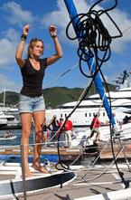 Голландская школьница Лаура Деккер в одиночку совершила кругосветное путешествие на яхте за 366 дней. В свои 16 лет девушка стала самым молодым моряком, совершившим одиночное плавание вокруг земного шара.