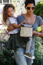 Холли Берри обратилась в суд с просьбой полностью запретить экс-возлюбленному Габриэлю Обри общаться с дочерью Налой.
