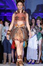 Высокая мода может быть не только красивой, но и вкусной. В Португалии состоялся показ, на котором представили платья из шоколада.
