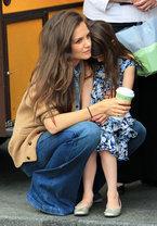Кэти Холмс носит свою дочку на руках не только в переносном, но и в прямом смысле: вчера папарацци засняли, как пятилетняя Сури гуляла по Нью-Йорку, - на руках у мамы.