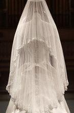 Свадебное платье Кейт Миддлтон, созданное дизайнером Сарой Бертон из модного дома Alexander McQueen, выставлено в Букингемском дворце в Лондоне.