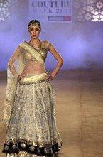 В рамках Недели моды в Дели прошел показ новой коллекции одежды популярной марки Anju Modi.