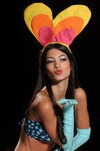 В колумбийском городе Медельин прошла неделя моды. Как и следовало ожидать от курортного и экзотического места, основная часть мероприятия была отведена дефиле пляжной моды. В Медельине были представлены коллекции колумбийских модельеров и модных домов Alado, Agua Bendita, Agatha Ruiz De La Prada и других дизайнеров.