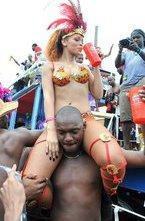 Рианна веселилась от души на традиционном фестивале Kadooment Day у себя на родине в Барбадосе. Певица выбрала очень открытый и сексуальный наряд.